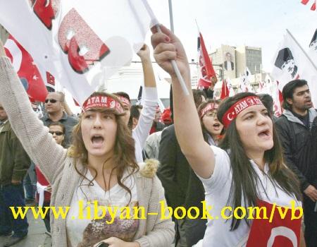 آلاف الأتراك يتظاهرون الجمهورية بالرغم